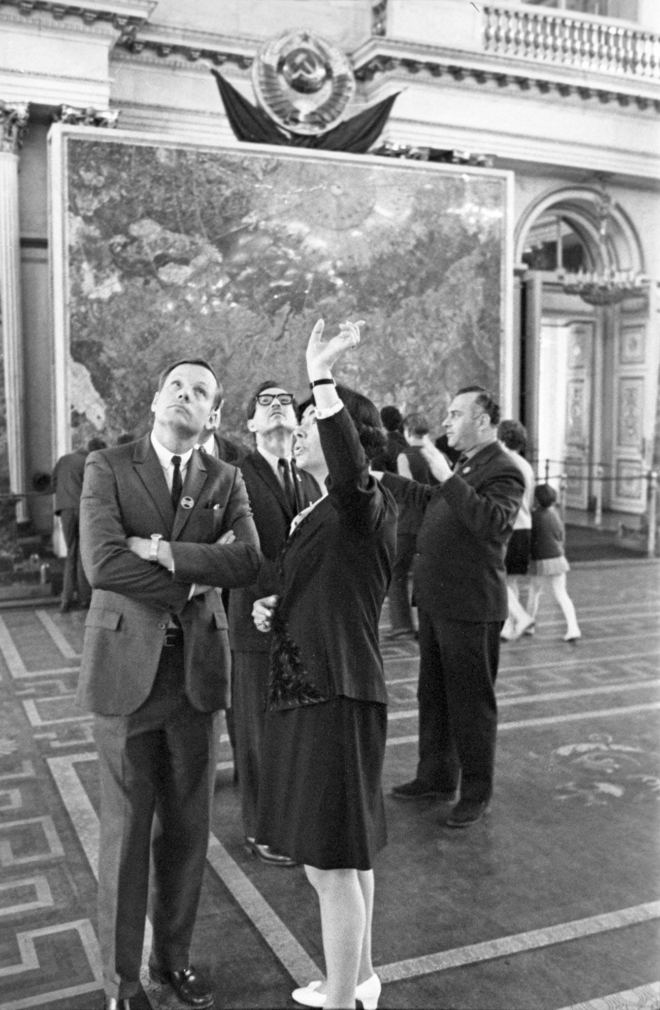 Нил Армстронг в залах ленинградского Государственного Эрмитажа.