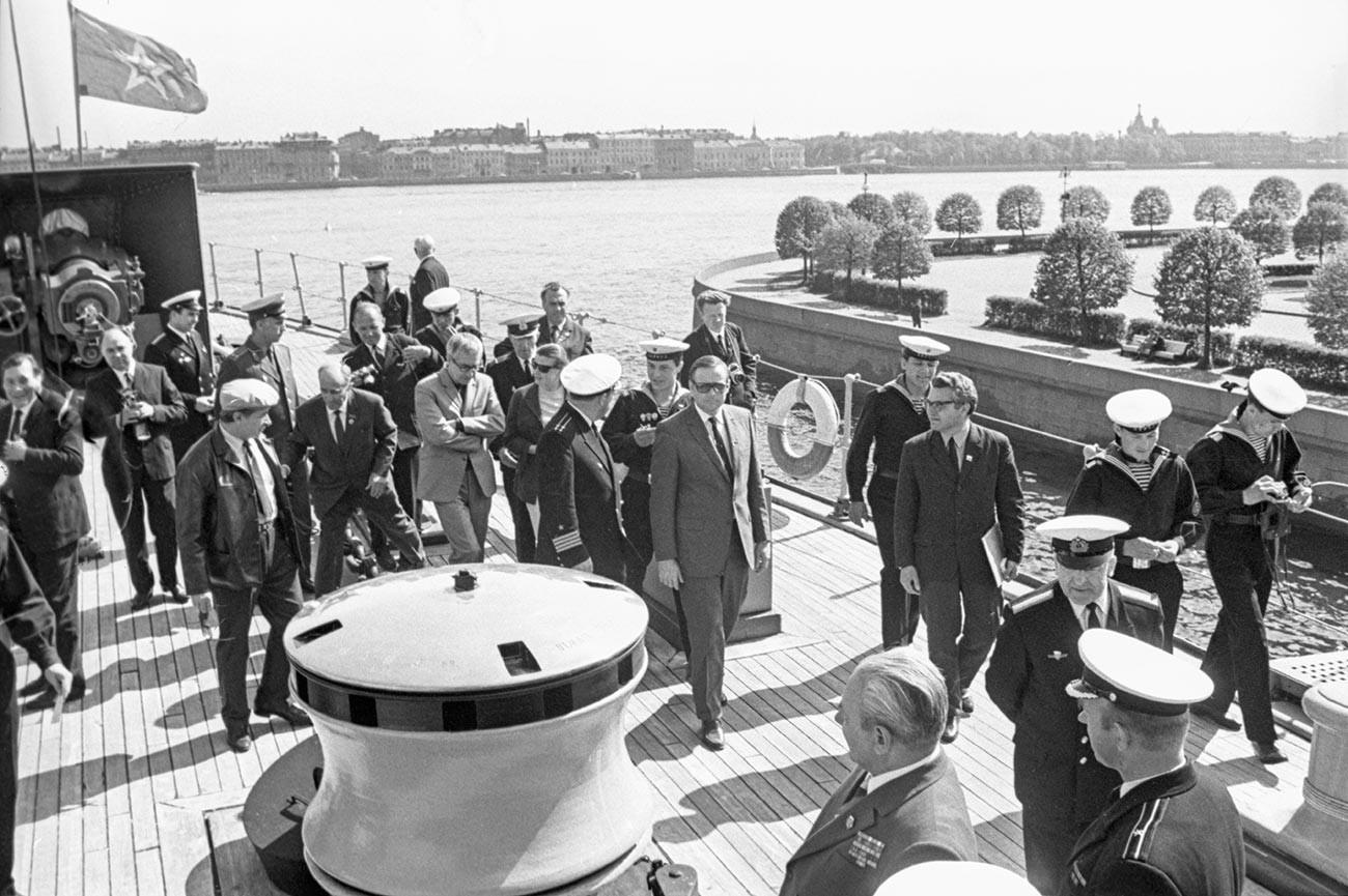 Нил Армстронг (в центре) на палубе крейсера «Аврора» в Ленинграде.