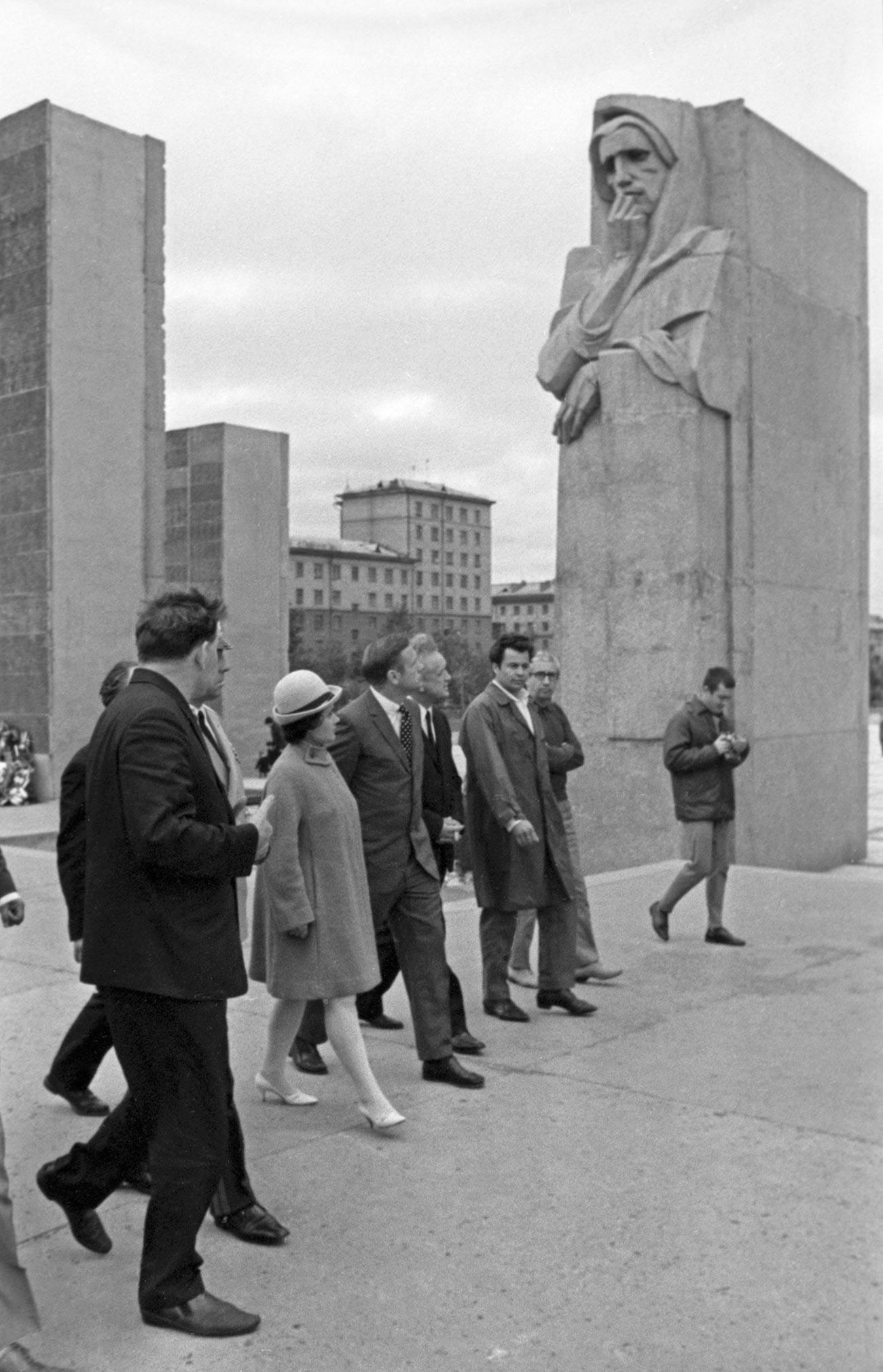 Нил Армстронг (в центре) посетил мемориальный комплекс «Монумент Славы» в городе Новосибирске.