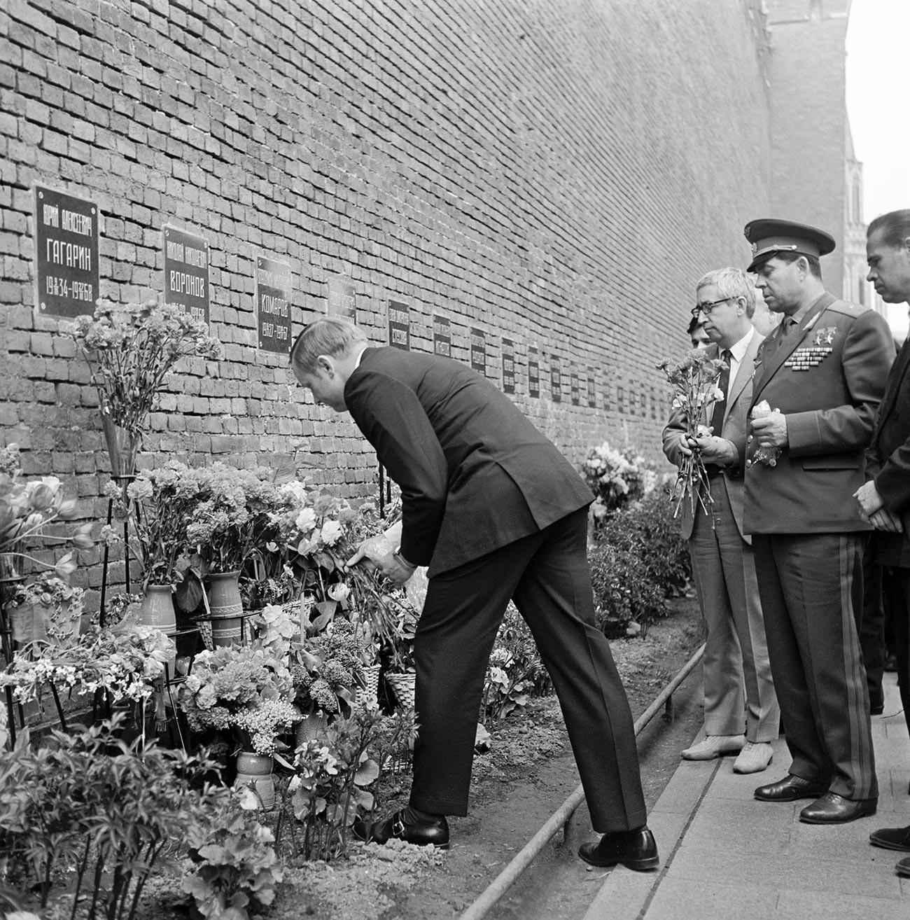 Нил Армстронг возлагает цветы к могиле Юрия Гагарина в Кремлевской стене.