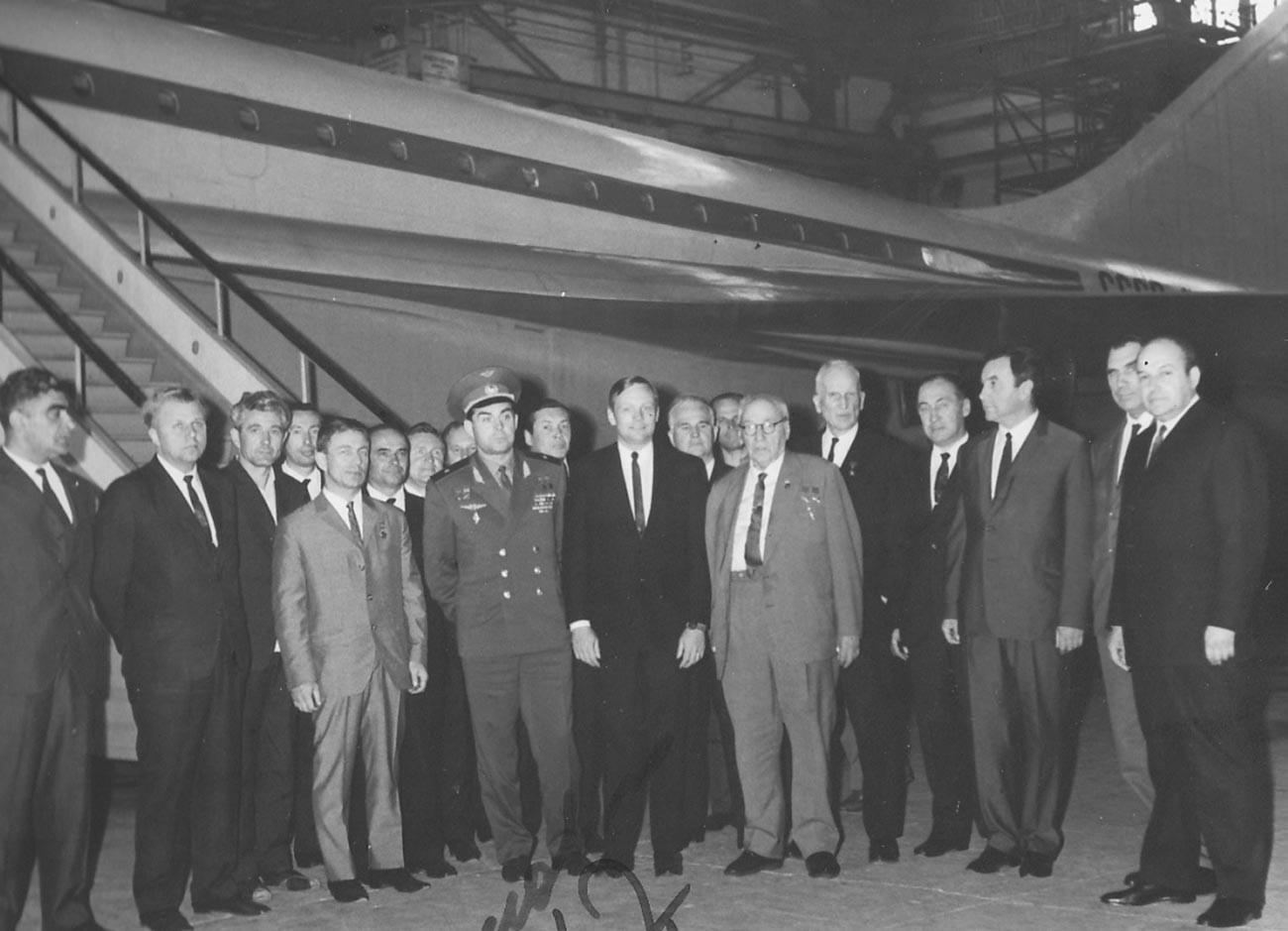 Нил Армстронг у самолета Ту-144.