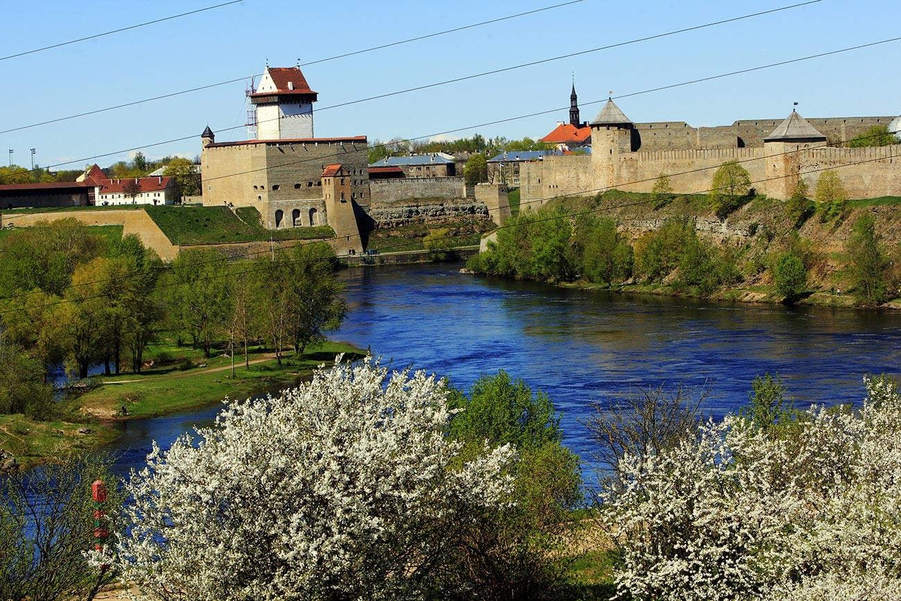 Државна граница Русије и Естоније пролази средином старог корита реке Нарва. На слици: тврђава Нарва на територији Естоније (лево) и Ивангородска тврђава на територији Русије (десно).
