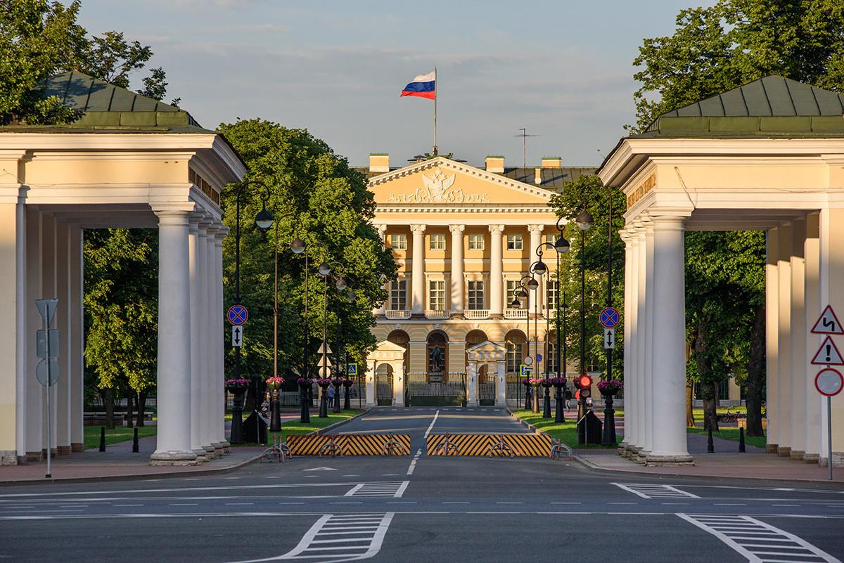 Canteiro em frente ao Instituto Smolny