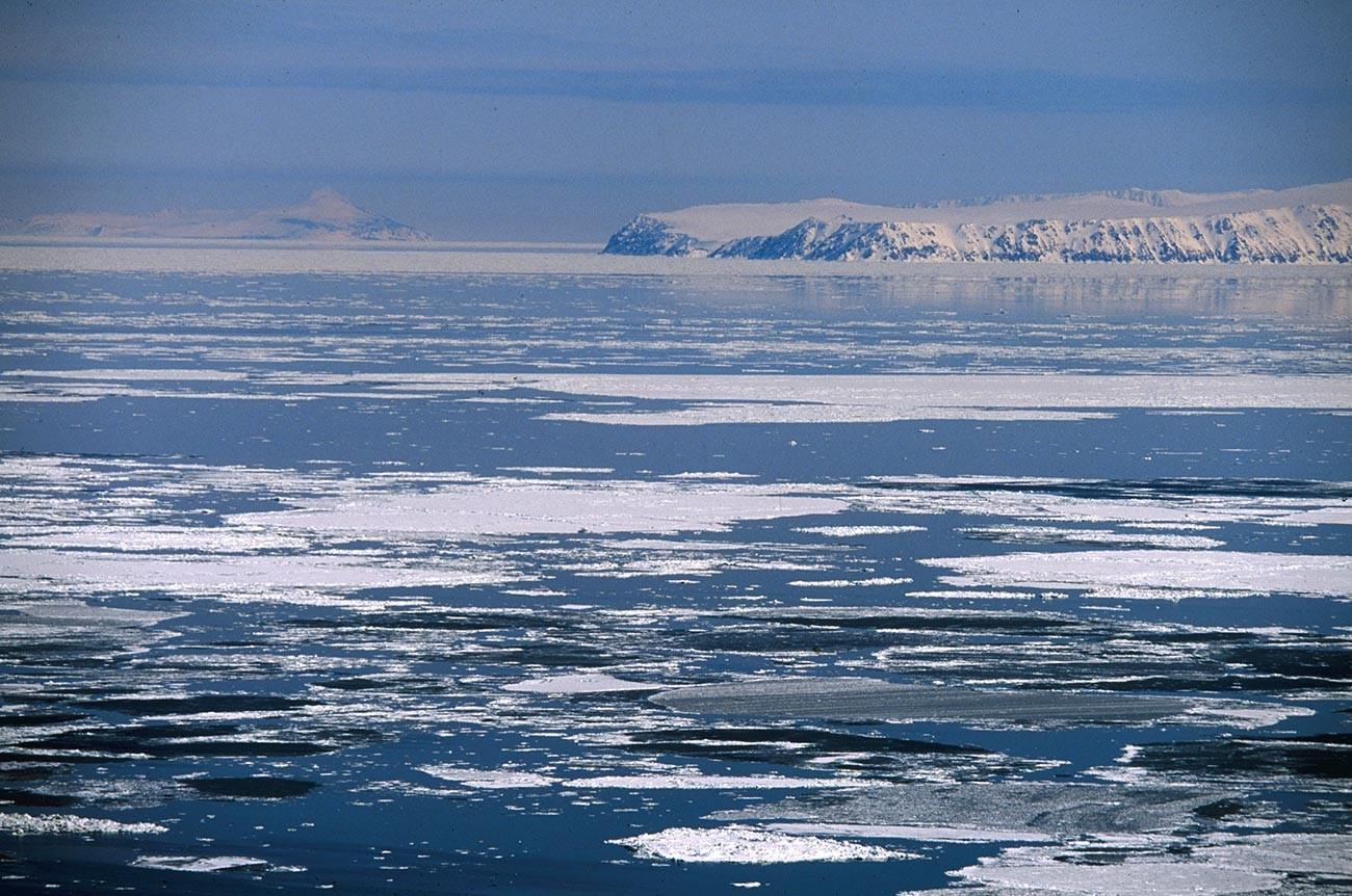 Ilha russa de Grande Diômede, ou Ratmanov (à direita), e a ilha americana de Pequena Diômede, ou Krusenstern (à esquerda), no Estreito de Bering