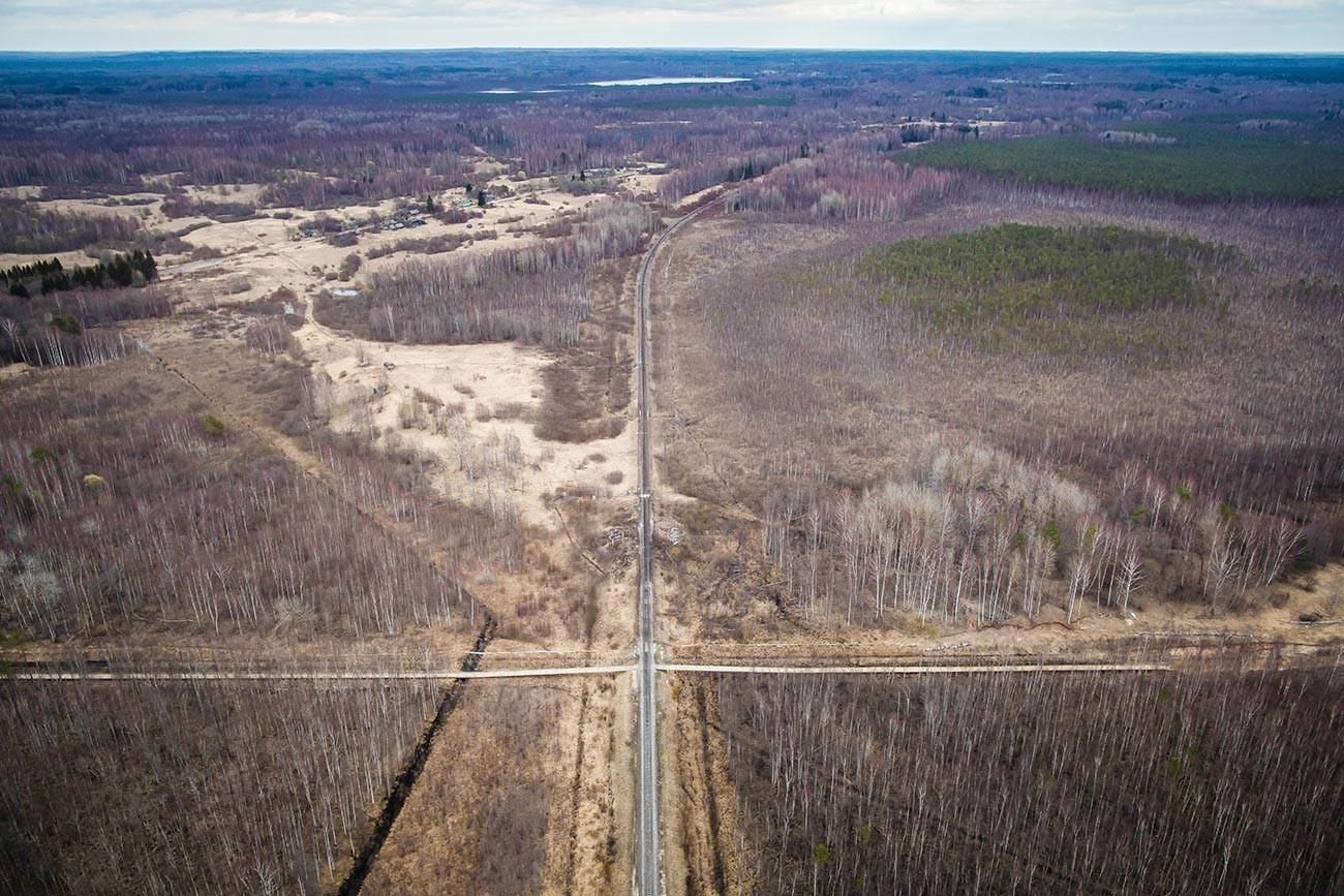 Vista aérea mostra a fronteira entre a Letônia e a Rússia atravessada por linha férrea perto de Ludza