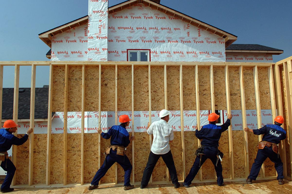 На строительстве коттеджного поселка