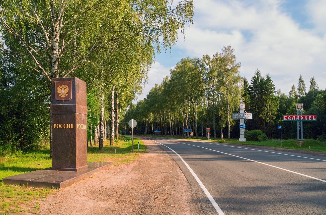 Un monumento sulla strada che segna il confine tra la Russia e la Bielorussia