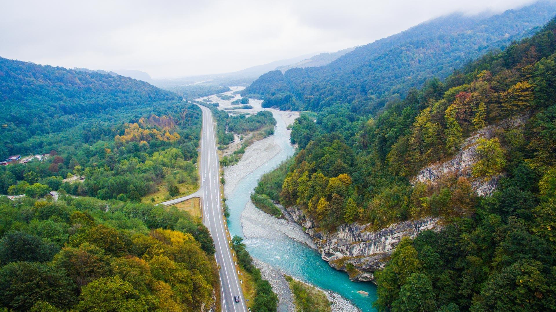 Una strada di confine dell'Ossezia