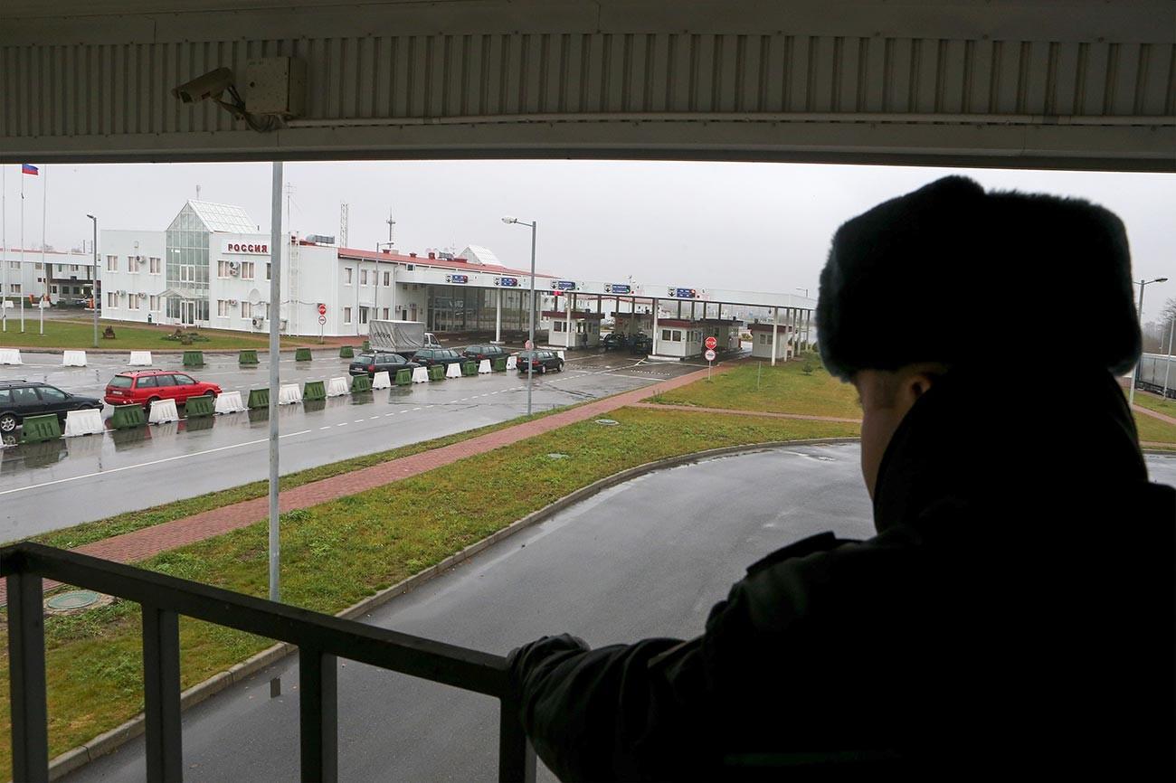 Employé d'un point de contrôle à la frontière russo-polonaise