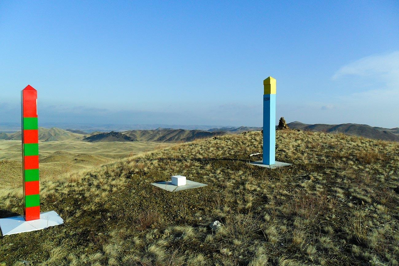 Poteaux indiquant la frontière russo-kazakhe, vue depuis le côté russe