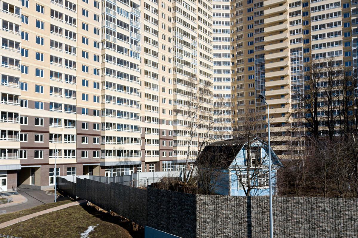 集合住宅の間に挟まれた一戸建て、モスクワ州にて