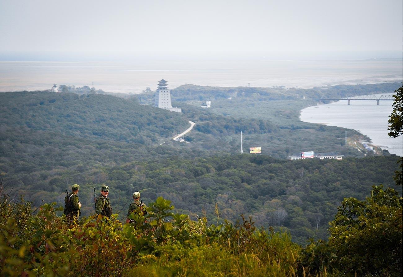 Граничари за време на стражата на територијата на контролниот пункт Хасан во граничната зона покрај државната граница на Руската Федерација со Народна Република Кина и демократската Народна Република Кореја.