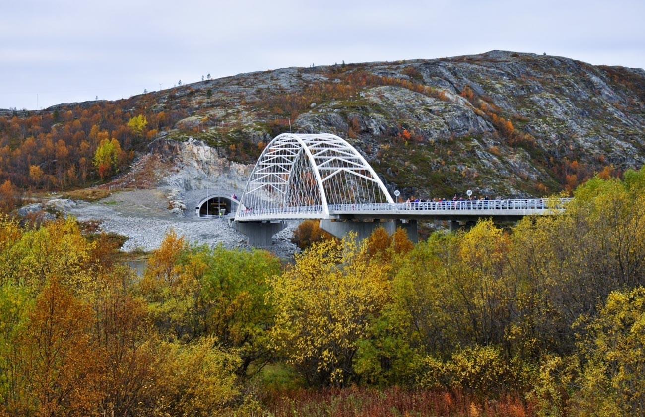 Челичниот мост Бекфорд на автопатот Е105 кај населбата Стурскуг. Автопатот Е105 е единствен магистрален пат кој ја пресекува норвешко-руската граница.