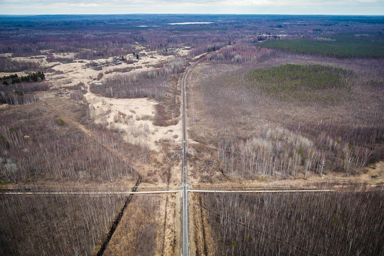 Латвиско-руската граница и преминот на железничката пруга во близина на Луѕе од птичја перспектива.