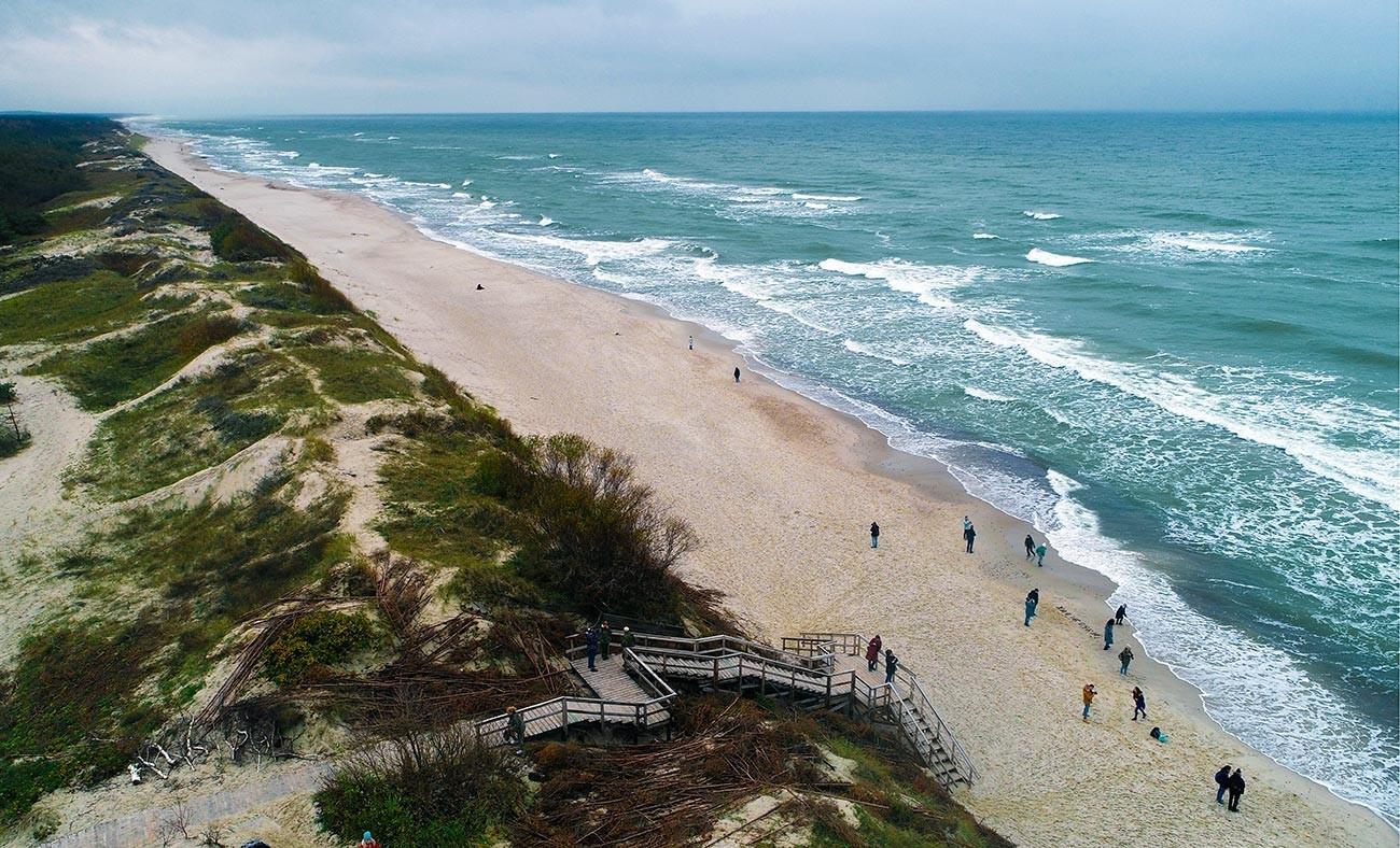 """Песочна плажа на брегот на Балтичкото море во националниот парк """"Курска превлака""""."""