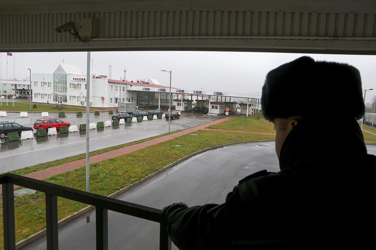 Работник на пункт на полско-руската граница.