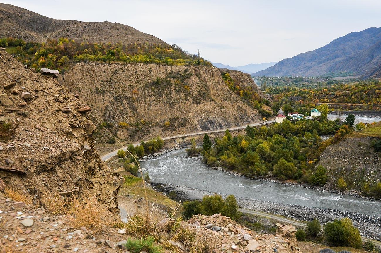 Дагестанското село Хрјуг на брегот на реката Самур.