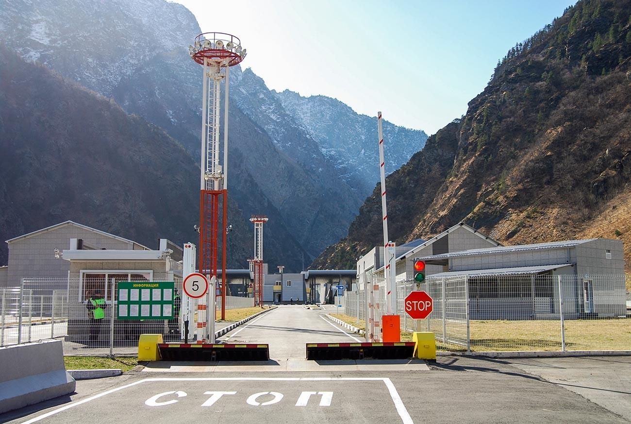 """Автомобилскиот граничен премин """"Горни Ларс"""" кој е отворен на грузиско-руската граница."""