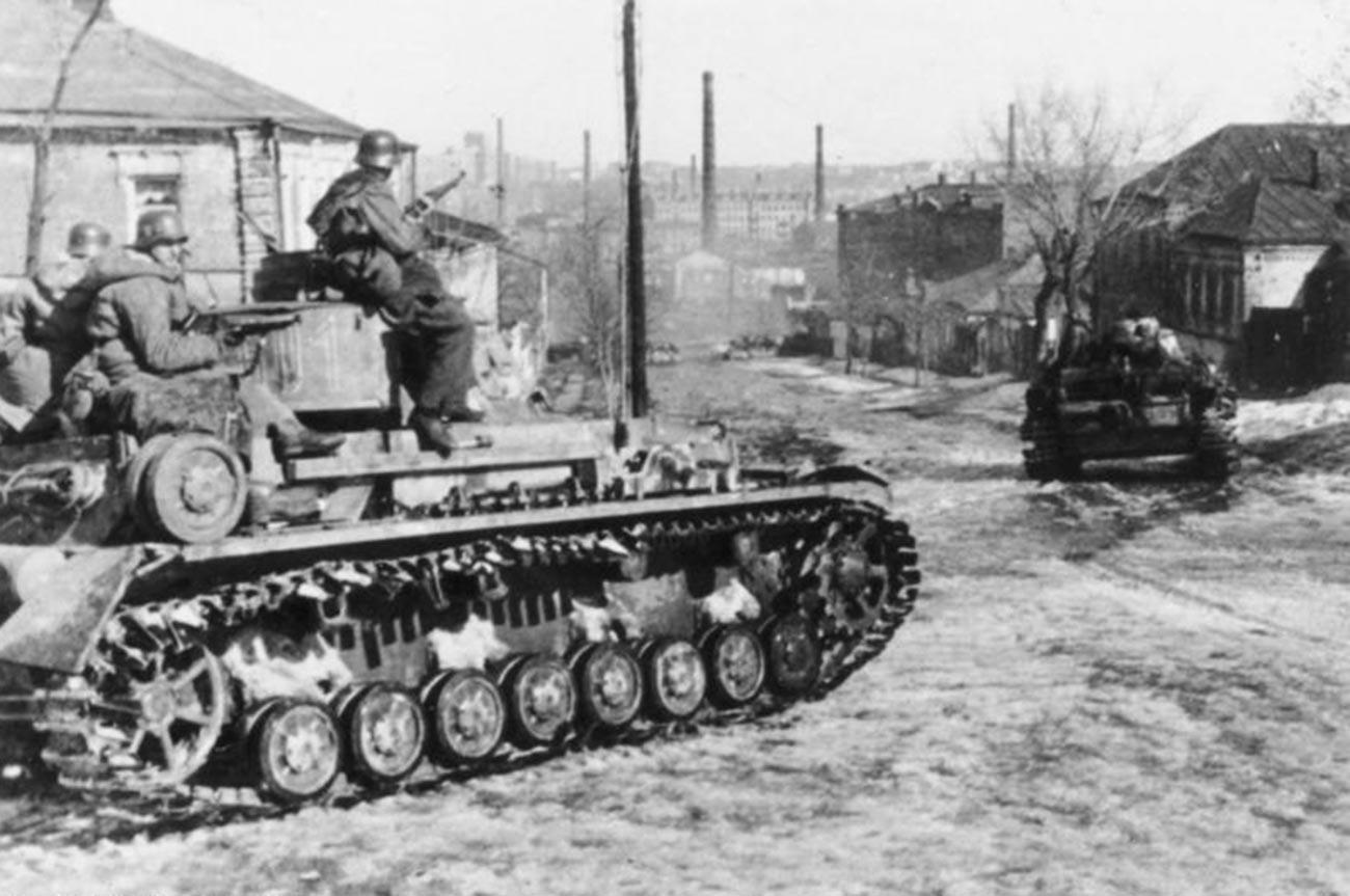 Русија, Харков, војници нацистичке дивизије Waffen-SS са тенковима Panzerkampfwagen IV.