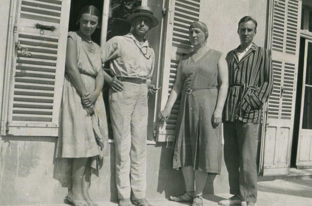 L'écrivain et son entourage dans la villa Belvédère