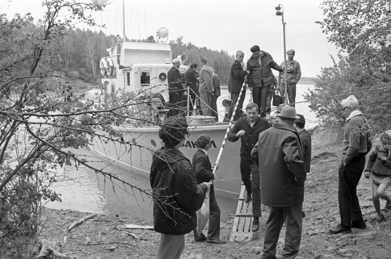 Neil Armstrong fait une excursion en bateau le long du réservoir de Novossibirsk.
