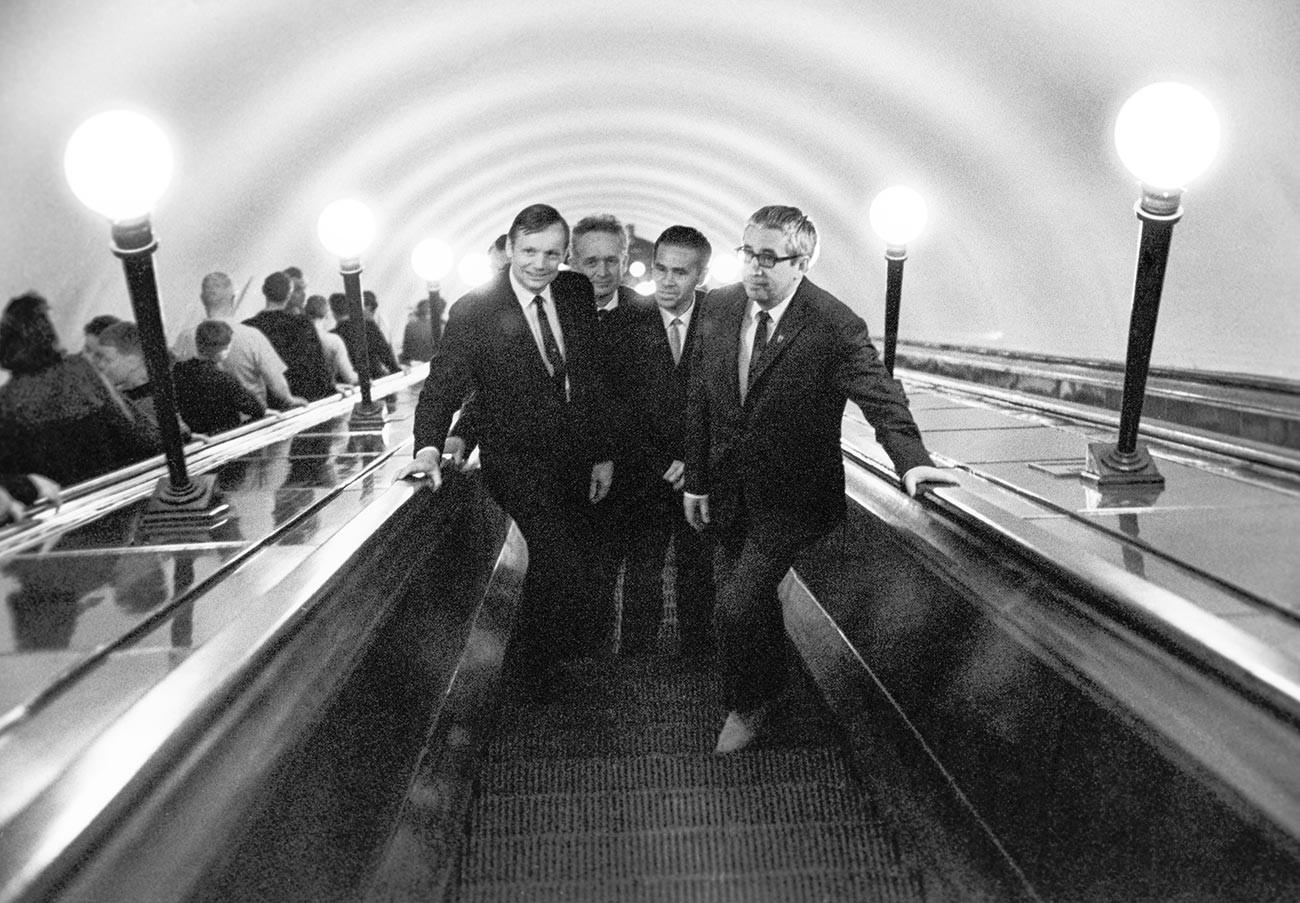 L'astronaute américain Neil Armstrong (à gauche) dans le métro de Moscou