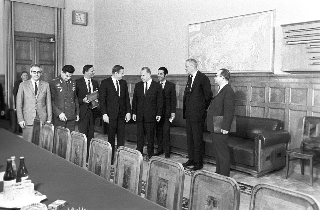 Le président du Conseil des ministres de l'URSS Alexis Kossyguine (quatrième à droite) a reçu l'astronaute américain Neil Armstrong (quatrième à gauche) au Kremlin lors de sa visite en URSS.