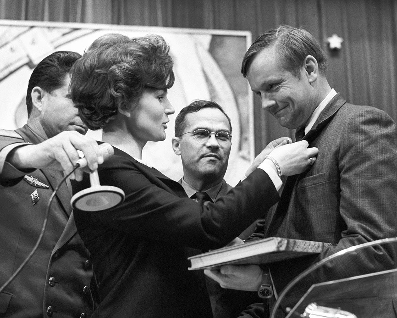 L'astronaute américain Neil Armstrong en visite à la Cité des étoiles. La première femme dans l'espace Valentina Terechkova lui offre un souvenir.
