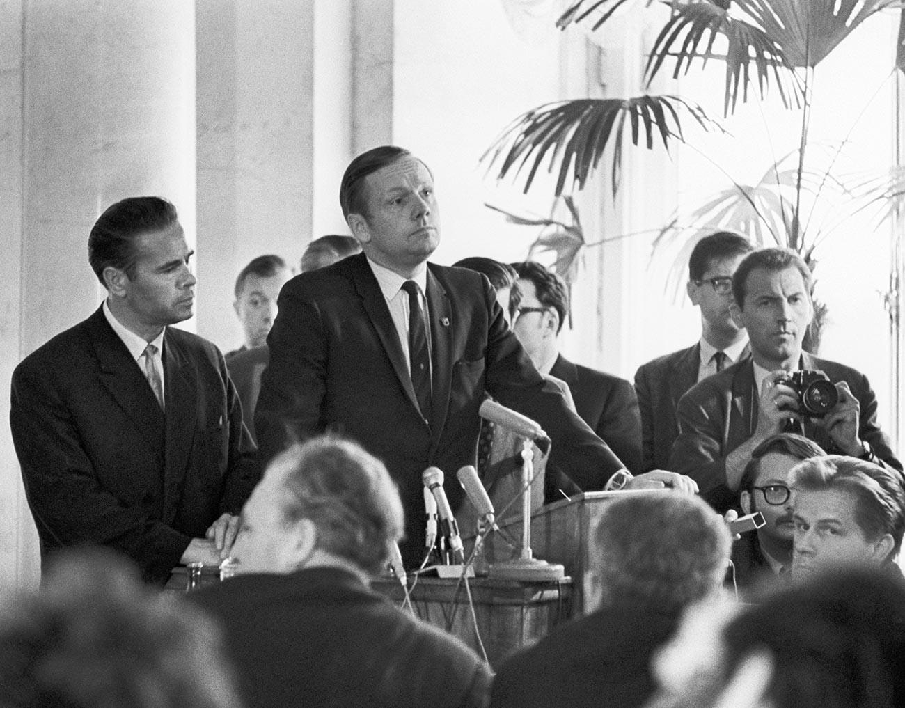 Neil Armstrong, au centre, lors d'une conférence de presse à l'Académie des sciences de l'URSS