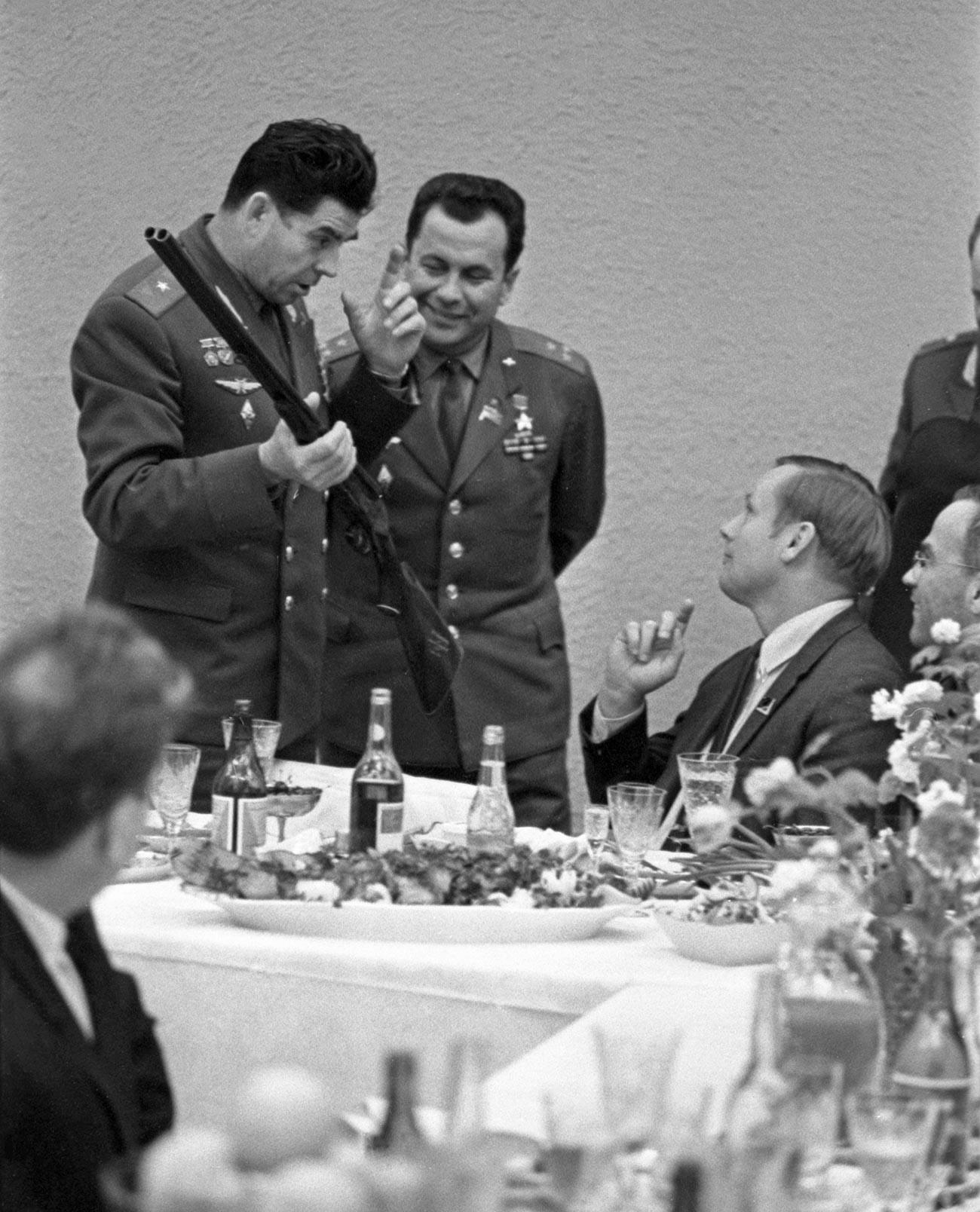 Des pilotes-cosmonautes de l'URSS présentent à Neil Armstrong un fusil de chasse des armuriers de la région de Toula.