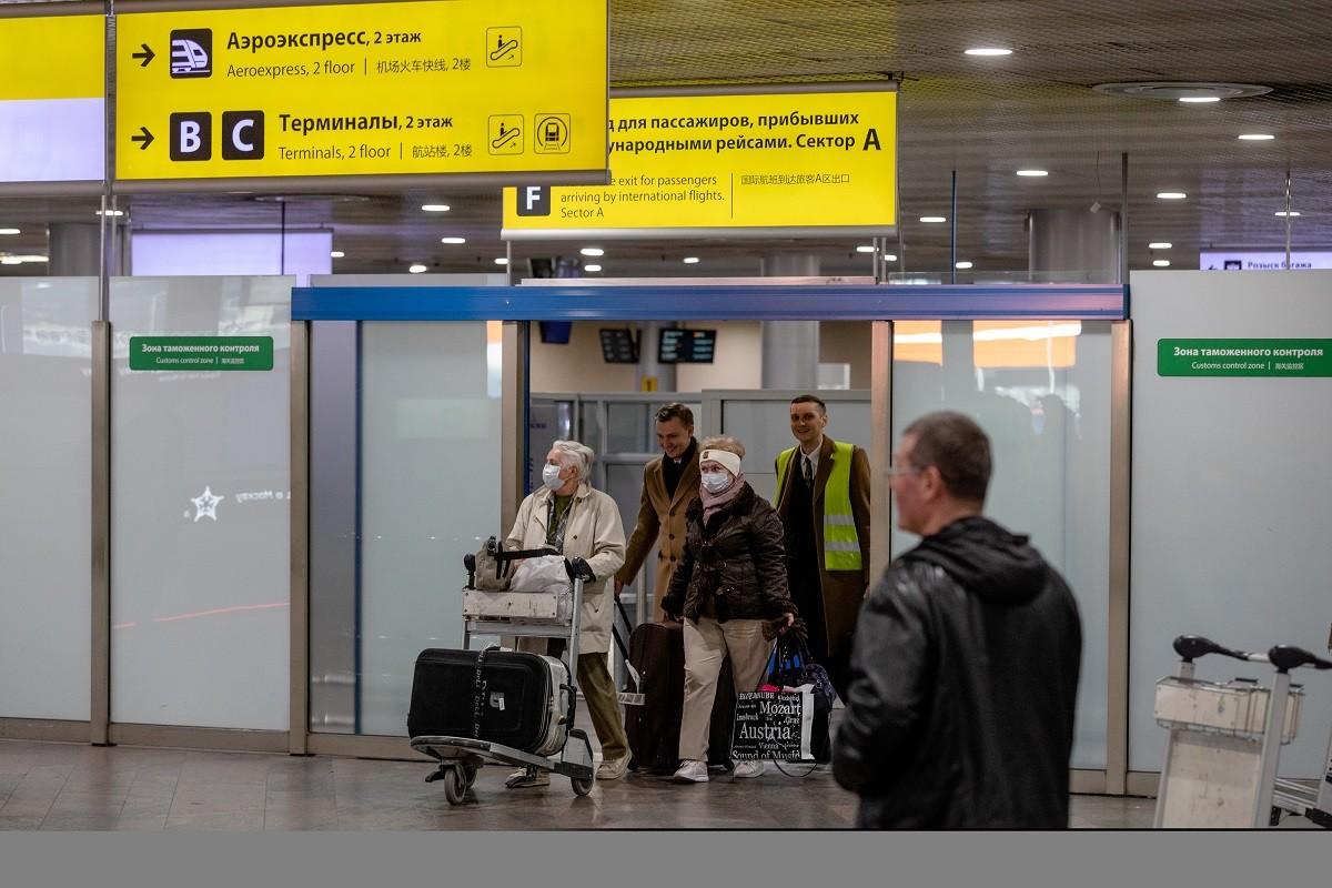 Passagers arrivant à l'aéroport moscovite de Cheremetievo