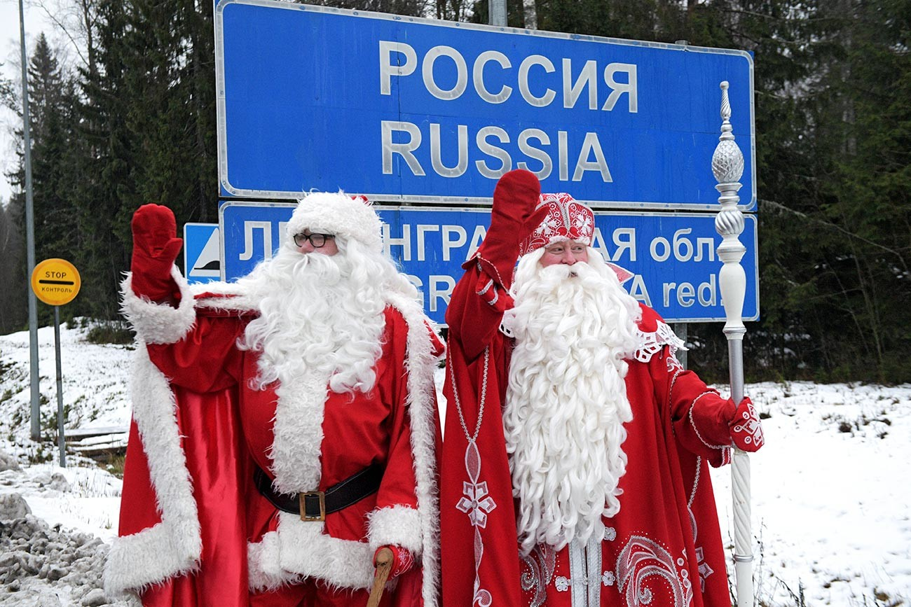 Russische und finnische Weihnachtsmänner an der russisch-finnischen Grenze.