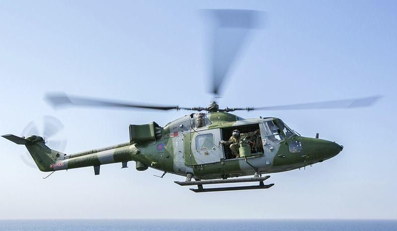Westland Lynx británico a punto de posarse en la cubierta del USS Kearsarge