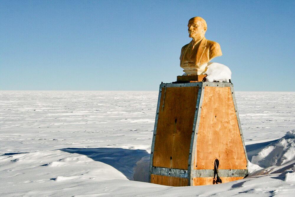 Patung dada Lenin. Markas Soviet terkubur di bawah lapisan salju.