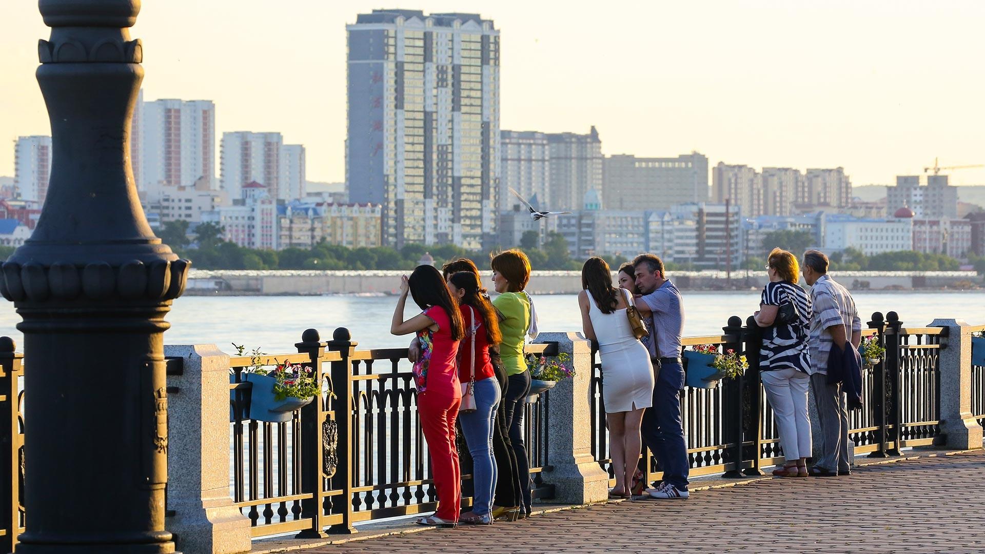 Blagoveshchensk. Vista del terraplén del río Amur y de la ciudad de Heihe.