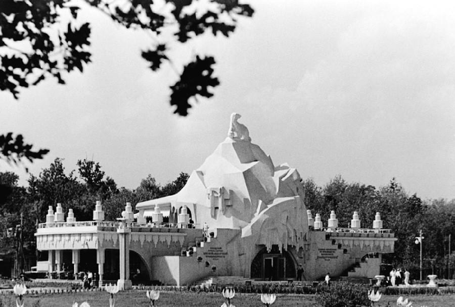 """Il Padiglione """"Glavkhladoprom"""" (""""Direzione centrale dell'industria della refrigerazione"""") in una foto del 1939"""