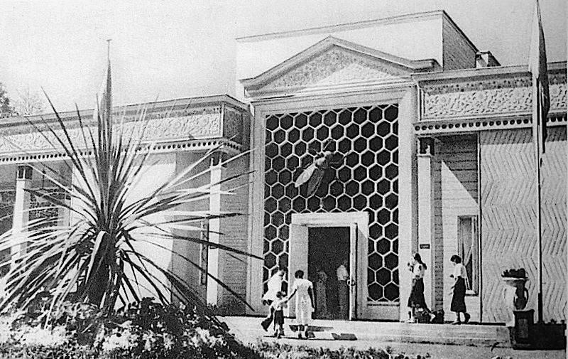 """Il Padiglione """"Pchelovodstvo"""" (""""Apicoltura"""") in una foto del 1939"""