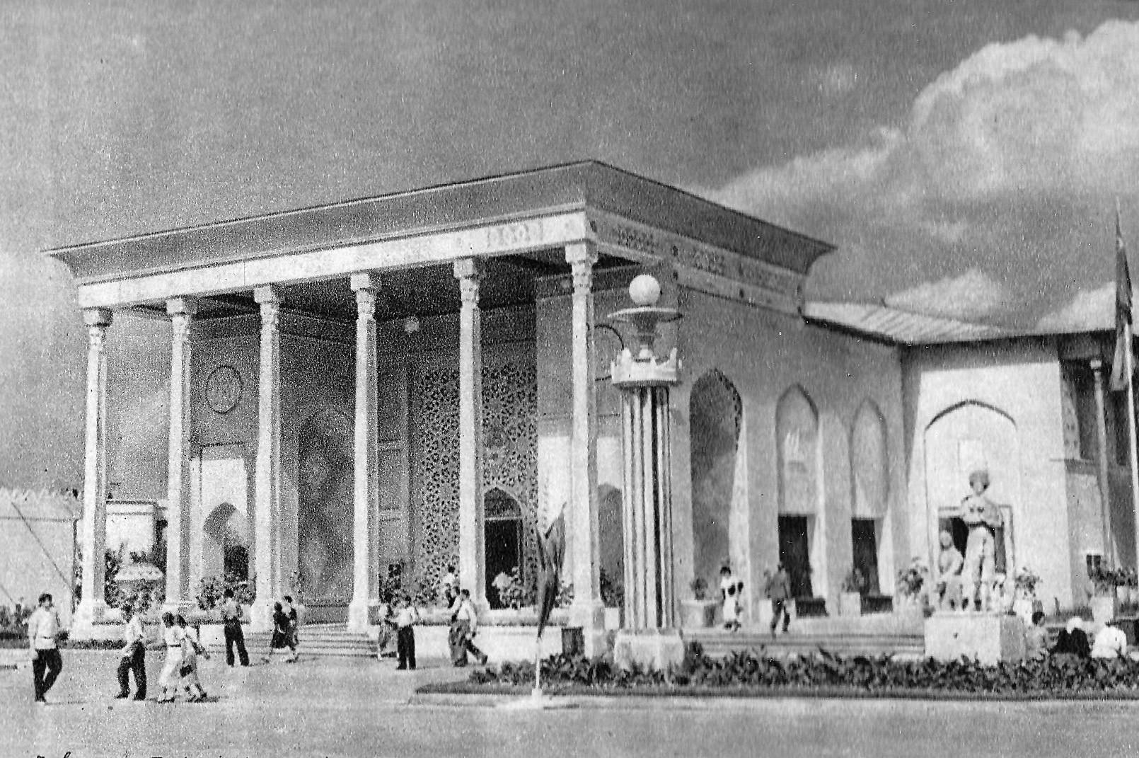 Il Padiglione della Repubblica Socialista Sovietica Turkmena in una foto del 1939-40