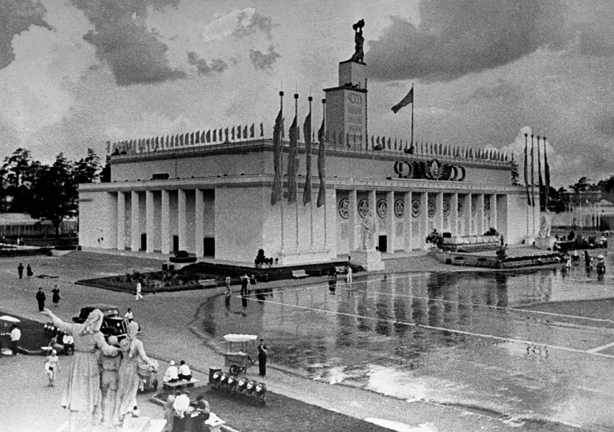 """Il """"Glavnyj paviljon"""" (""""Padiglione principale"""") dell'Esposizione agricola di Tutta l'Unione (VSKhV) in una foto del 1939-40"""