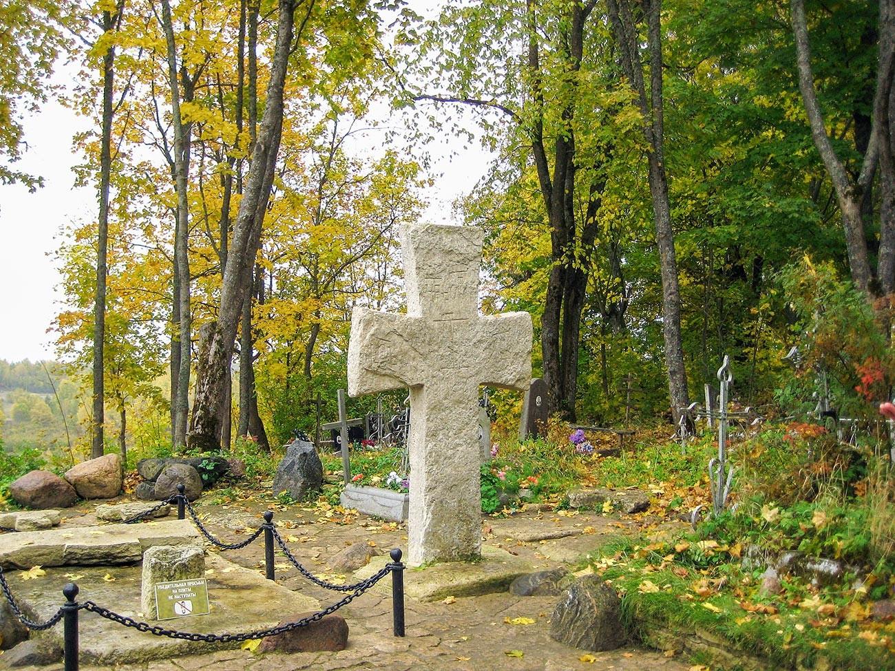 Croix de Trouvor, à Izborsk. Selon la légende, il s'agirait de la tombe de Trouvor, néanmoins, les chercheurs affirment qu'elle a été installée plusieurs siècles après la mort supposée de ce personnage. Les habitants l'auraient érigée à l'emplacement de l'ancienne ville, en signe d'hommage.