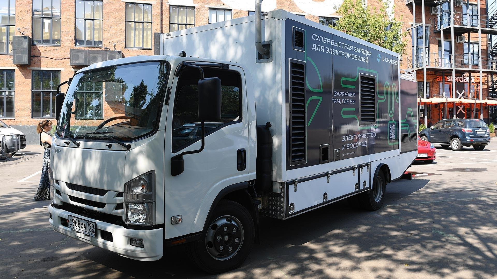 Произвођач станица за пуњење возила на електрични погон L-Charge представио је мобилни пуњач електромобила који ради на принципу таксија, тј. може се позвати у било који део Москве.