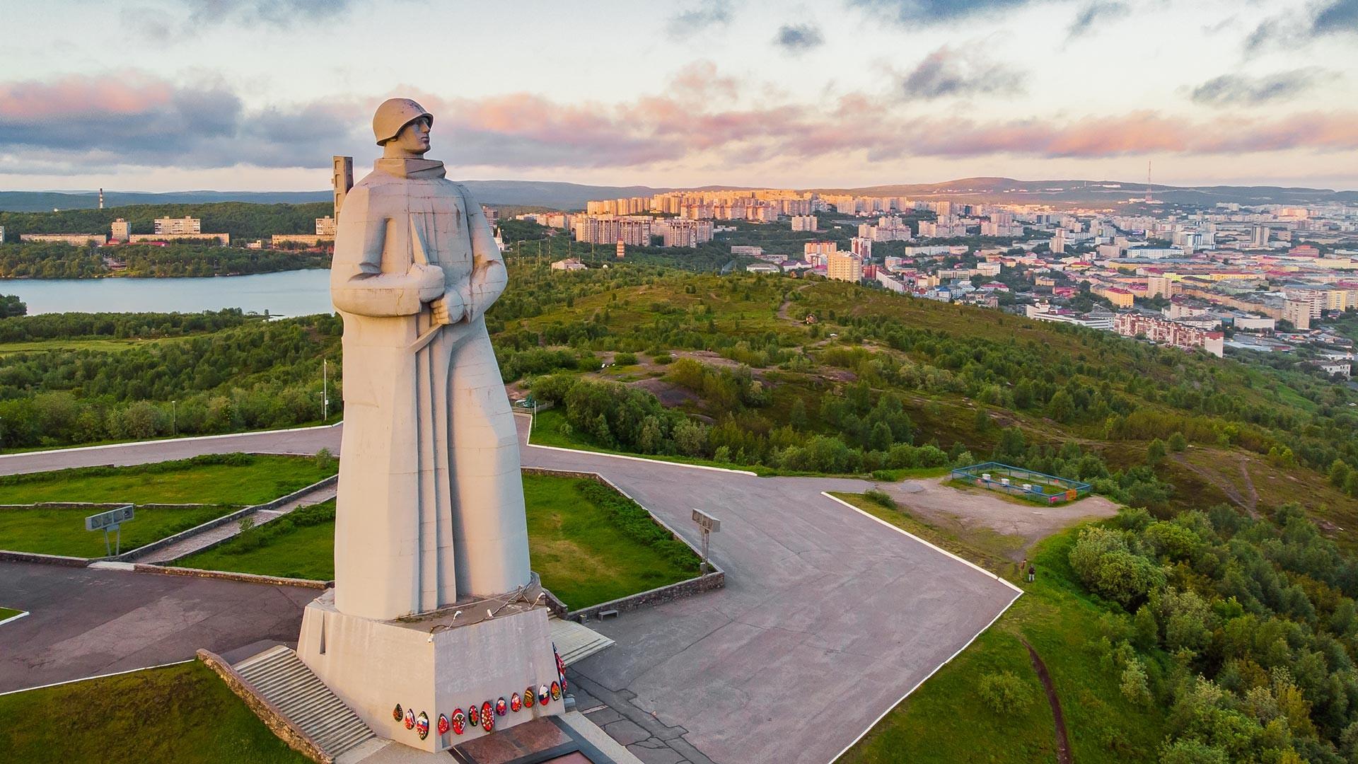 Monumen Pembela Arktik Soviet selama Perang Patriotik Raya di Murmansk.
