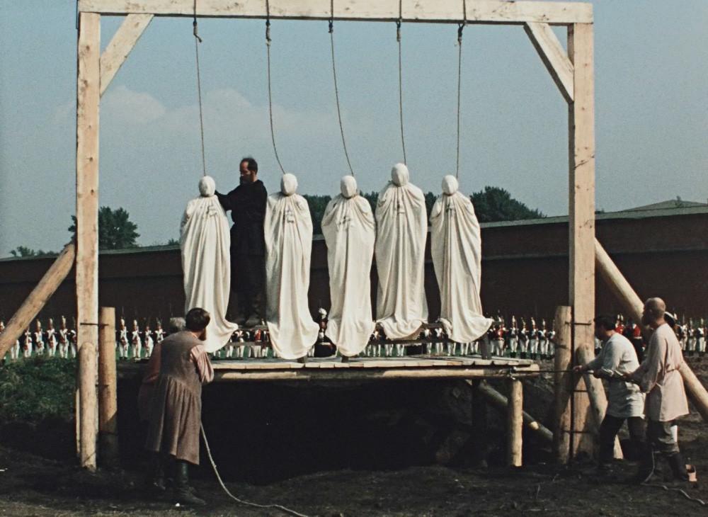 """Die Erhängung der Dezemberisten. Ein Standbild aus dem Film """"Der fesselnde Stern des Glücks"""", 1975."""
