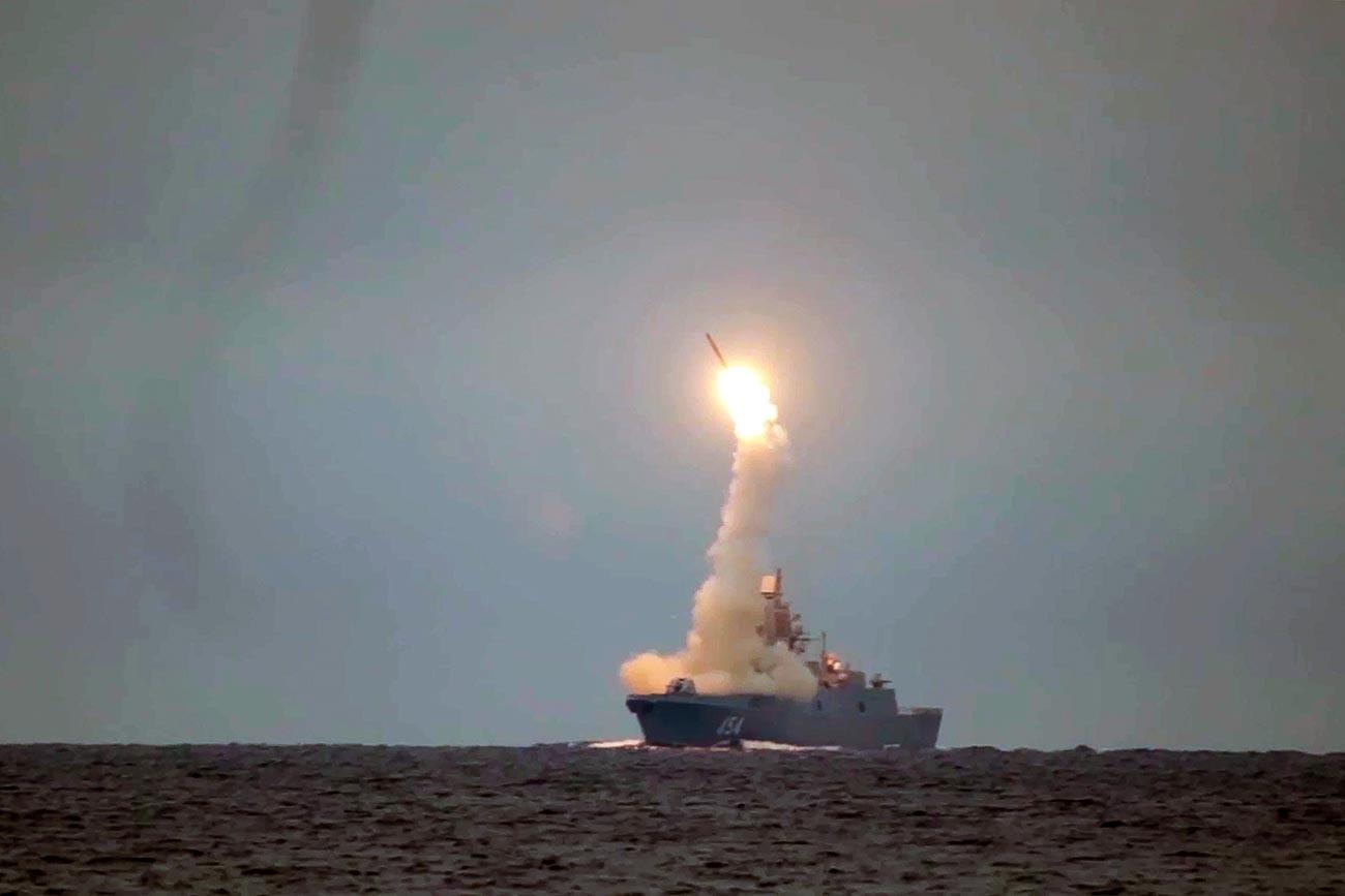"""Прво лансирање хиперзвучне крстареће ракете """"Циркон"""" из акваторије Белог мора."""