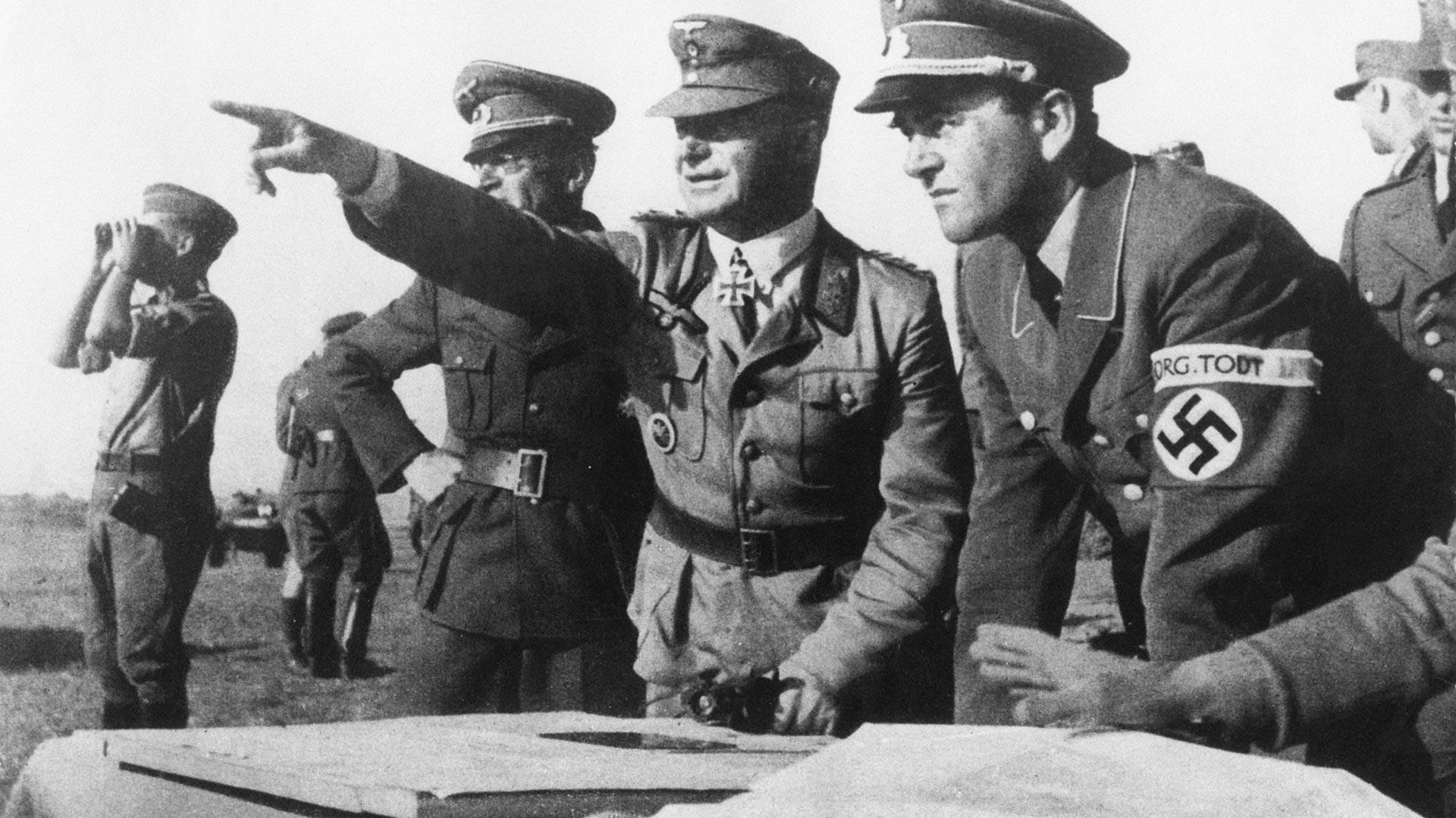 Il ministro tedesco agli armamenti e alla produzione bellica del Terzo Reich, con gli ufficiali del gruppo di ingegneria militare Organizzazione Todt sul fronte orientale, 1943