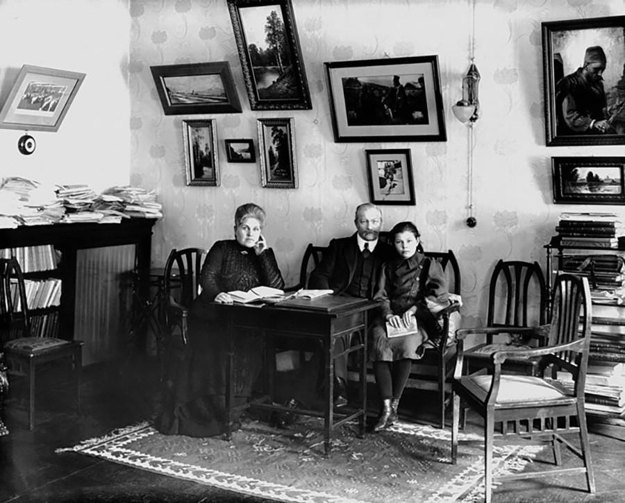 Pavel Miljukov con la moglie e la figlia nel soggiorno del suo appartamento