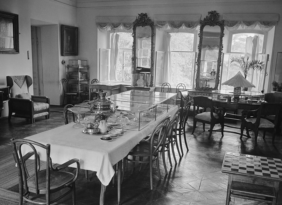 Regione di Tula, URSS, settembre 1960. Veduta della sala da pranzo al Museo di Jasnaja Poljana, dove visse lo scrittore Lev Tolstoj