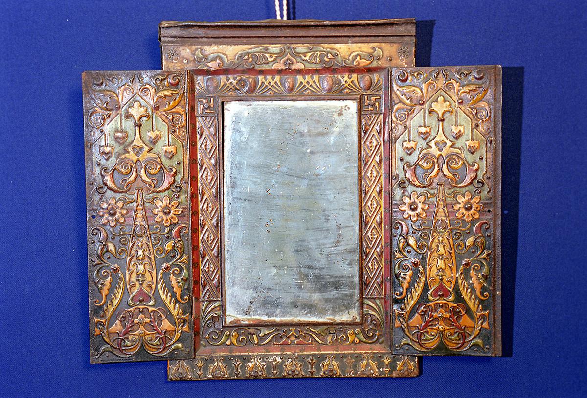 Specchio incorniciato, inizio XX secolo. Museo regionale delle tradizioni di Kemerovo