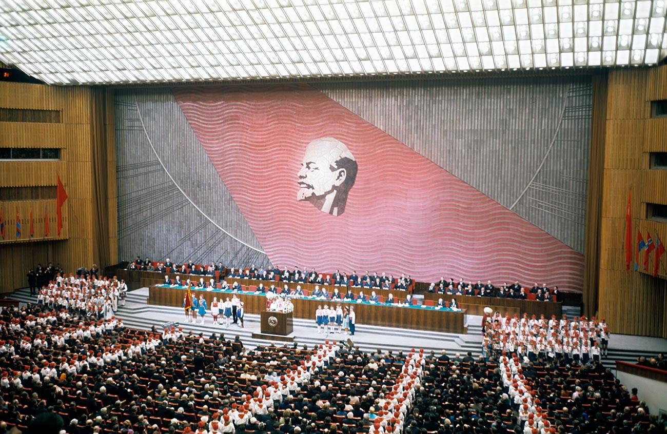 Pionniers (équivalents soviétiques des scouts) moscovites durant une réunion du Comité central du Parti communiste d'URSS, du Soviet suprême de l'URSS et du Soviet suprême de la RSFSR en 1967, à l'occasion des 50 ans de la révolution
