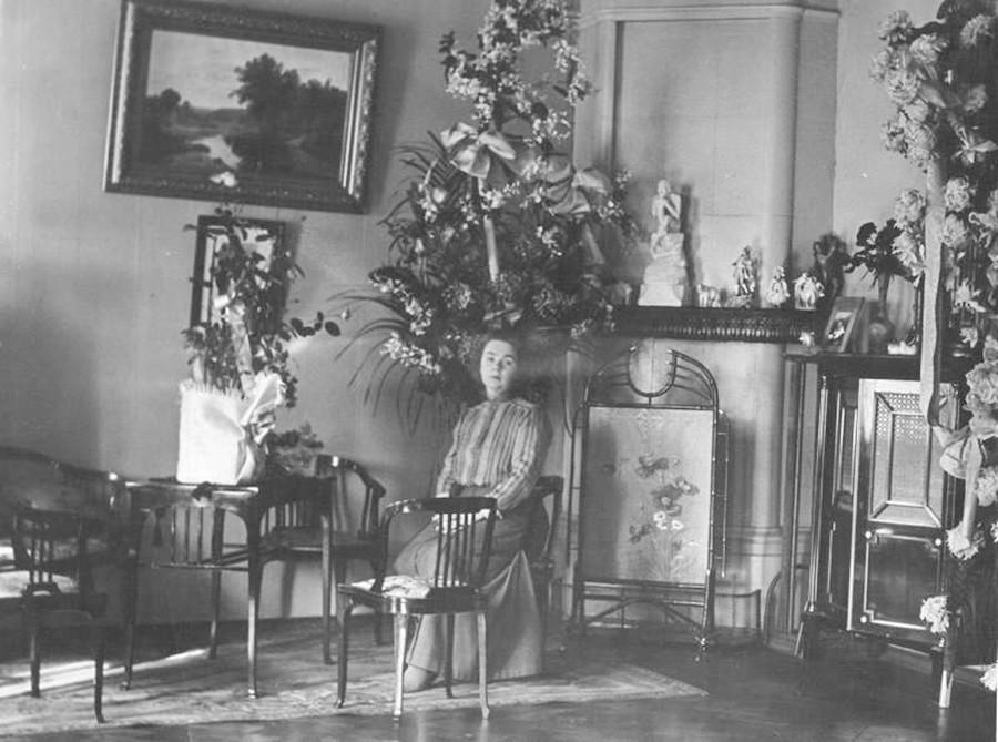 Портрет женщины в интерьере, 1910-е.